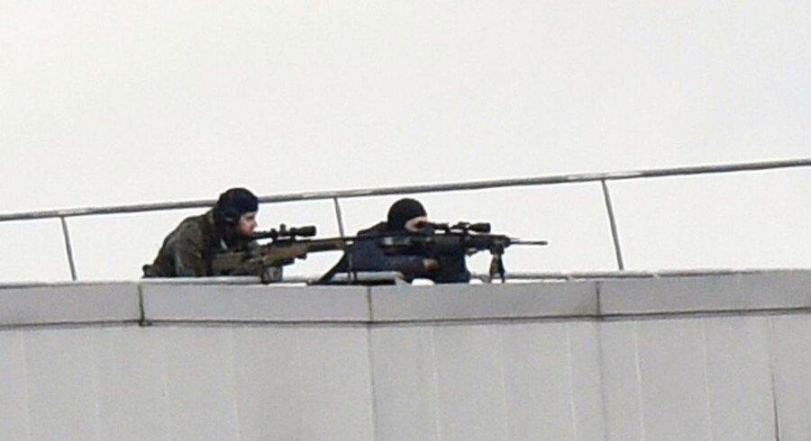 Franske snigskytter havde sigtet stift rettet mod den bygning, hvor to terrormistænkte gidseltagere forskansede sig - med en blind passager.