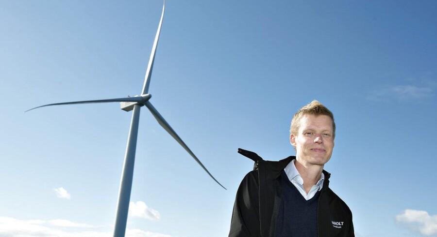 Henrik Poulsen, administrerende direktør i DONg Energy, har netop aflagt halvårsregnskab for den danske energikæmpe. Her er han fotograferet foran havvindmøllerne ved Anholt. Foto: Henning Bagger