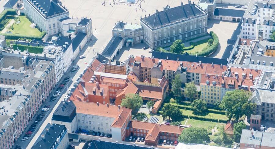 Statens ejendomsselskab har sendt en ny portion bygninger på markedet, deriblandt tre 1700-talspalæer et stenkast fra dronning Margrethes bopæl.