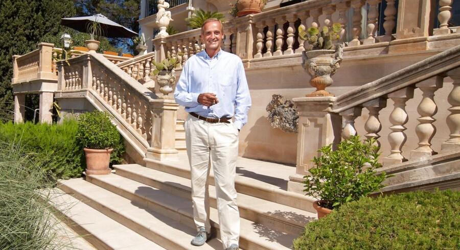 Florian Homm på et arkivfoto foran sin sommerbolig på Mallorca - den svindelsigtede finansmand har nu efter eget udsagn kun 10 millioner dollar tilbage af en tidligere meget større formue efter fem år på flugt.