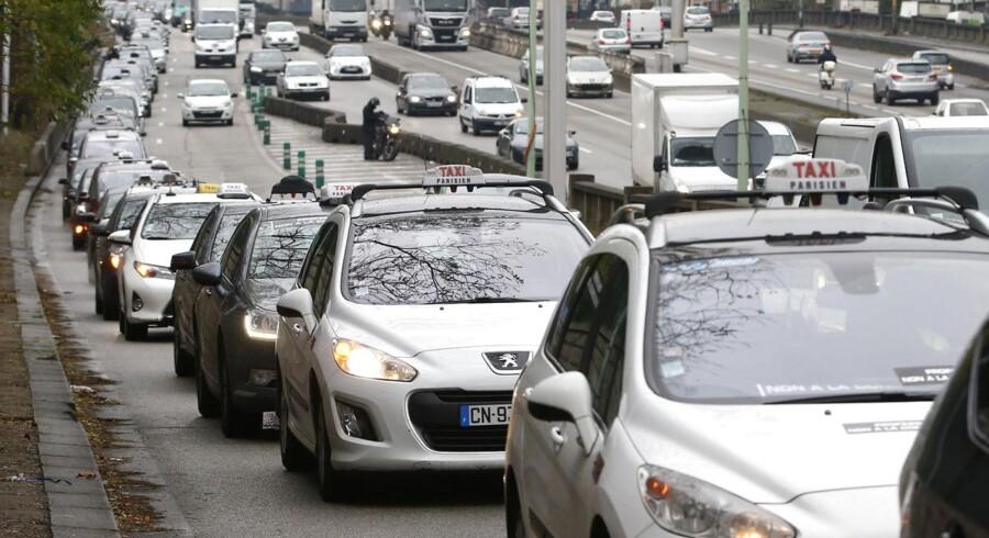 Taxier i Paris spærrede mandag morgen omkring 260 km vej i byen for at demonstrere mod taxi-appen Uber. Nu bliver Ubers billige tjeneste UberPop ulovlig i Frankrig fra nytår.