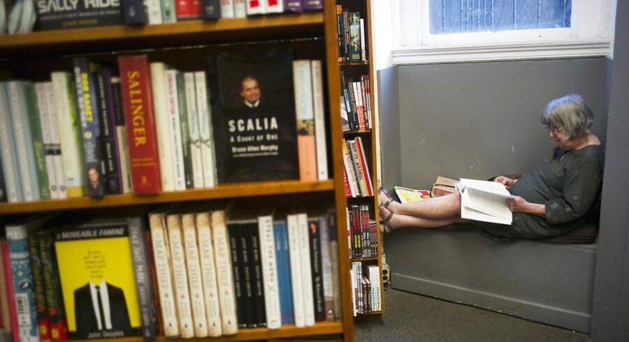 """""""Når man er på ferie, skal man læse noget let og underholdende. Man skal ikke sidde og vifte med noget intellektuelt for at gøre indtryk. Man skal kunne drikke gin & tonic imens,"""" siger Berlingskes Jan Hedegaard."""