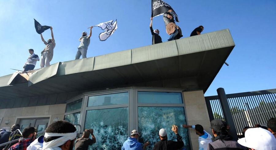 Tunesiske demonstranter går til angreb på den amerikanske ambassade i Tunis.