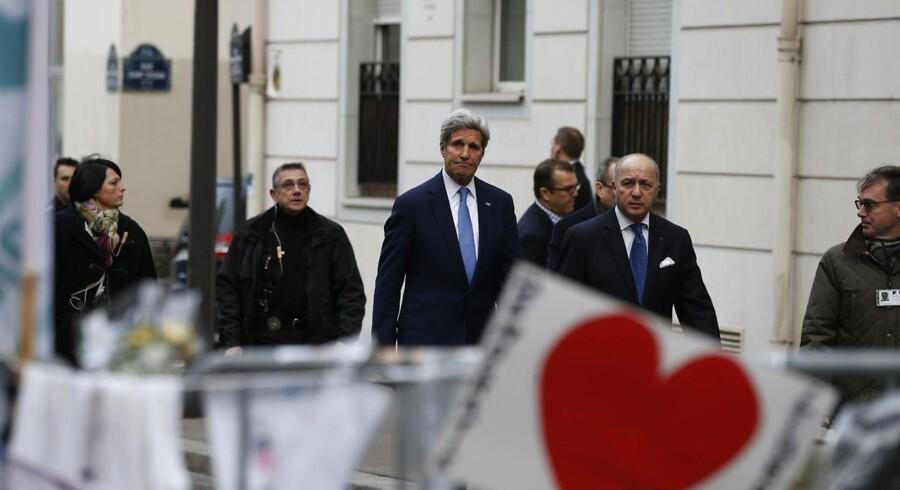 USAs udenrigsminister John Kerry og hans franske kollega, Laurent Fabius på vej til mindehøjttidelighed efter angrebet på Charlie Hebdo.