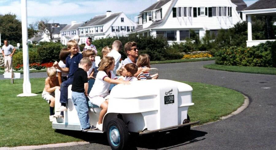 ARKIVFOTO 1962, Hyannis Port, MA. Præsident John F. Kennedy giver nogle af børnene i Kennedyfamilien en tur rundt på Kennedy Compound i en golfbil.