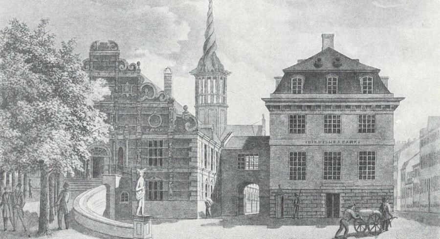 Kurantbanken, som var forløberen til Nationalbanken, stod af praktiske årsager i direkte forbindelse med Børsen. Bygningen blev revet ned i 1865, og på stedet anlagde man Slotsholmsgade. Foto: Før og nu, 3. årg.