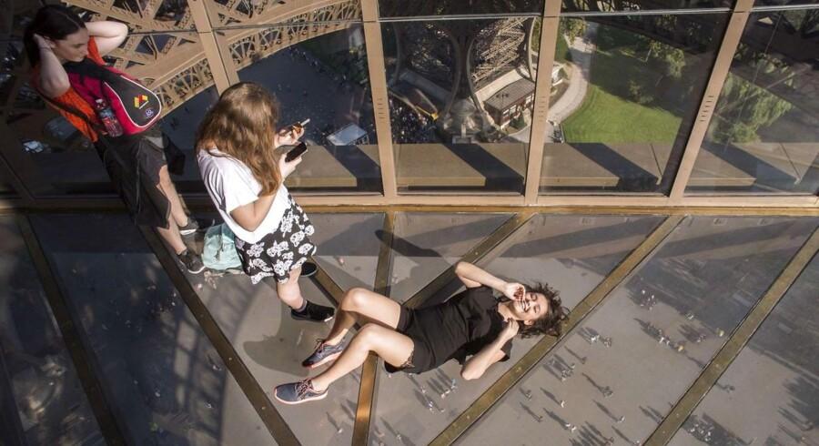 En flyvende selfie på Eiffeltårnets nyeste attraktion: glasgulvet.