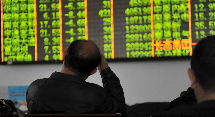 Uroen på de kinesiske finansmarkeder fortsætter. Torsdag er handlen på landets aktiemarkeder blevet stoppet for resten af dagen, efter at kurserne styrtdykkede, i minutterne efter at børserne åbnede.