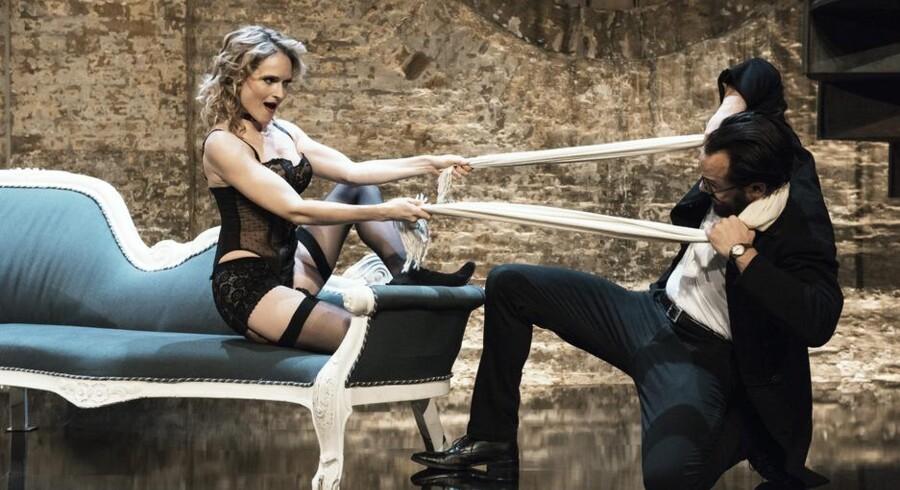 Mille Lehfeldt har bukserne på (sådan da) i »Venus in Fur«.Her med Caspar Crump. Foto: Robin Skjoldborg