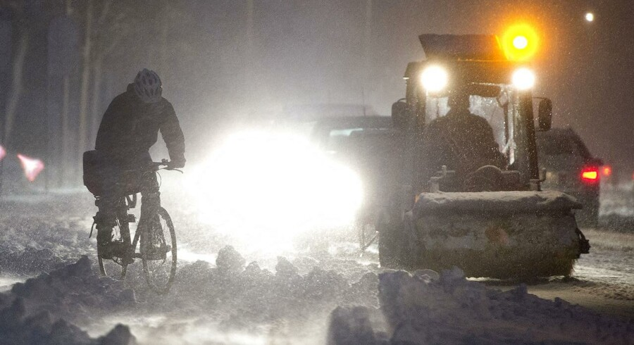 DMI varsler halv senstorm, isglatte veje og snefygning. Se hvor og hvornår det rammer.