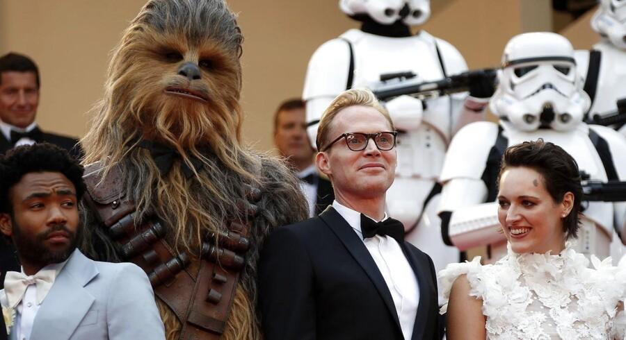 Star Wars-skuepsillerne Donald Glover, Paul Bettany og Phoebe Waller-Bridge ankommer sammen med rumvæsenet Chewbacca til premieren på »Solo: A Star Wars Story«, der fandt sted på Cannes-festivalen den 15. maj. EPA/SEBASTIEN NOGIER
