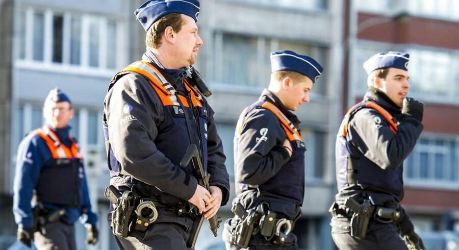 BElgisk politi pratuljerer i det jødiske kvarter i Antwerpen dagen efter en stor antiterror-aktion.