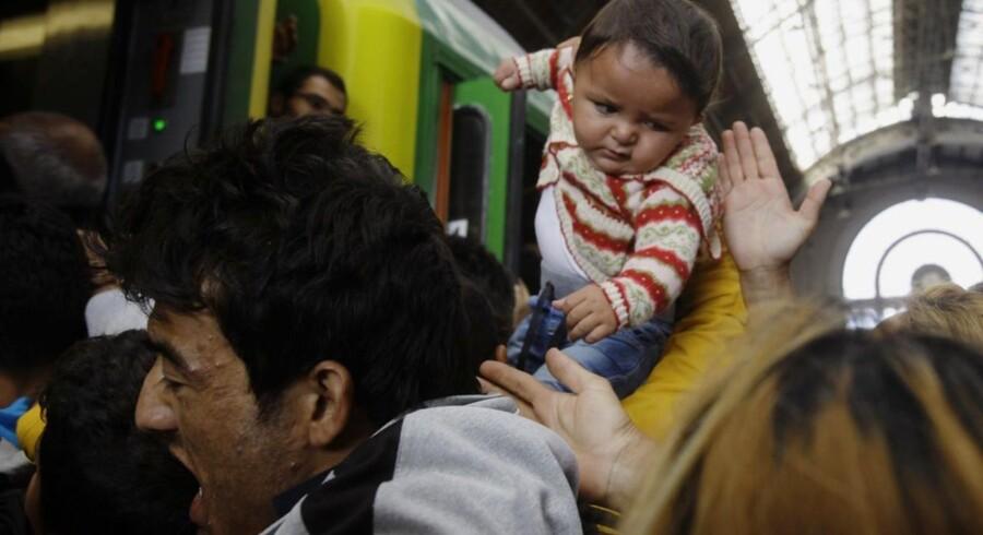 Migranter stormede torsdag morgen et tog på banegården i Budapest. Vest for Budapest stoppede toget, og migranterne fik besked på at forlade vognene.