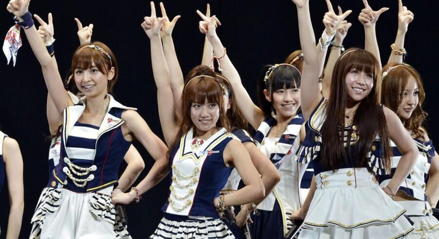 Det japanske popfænomen, AKB48 er blevet hyret til at få flere landsmænd til at købe statsobligationer.