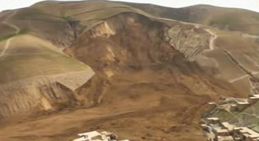 Et mudderskred har dækket næsten halvdelen af landsbyen Ab-e-Khoshk i den nordøstlige Badakhshan-provins i Afghanistan. Billedet her viser kun et udsnit af mudderskreddet. Mere end 2.100 mennesker fra 300 familier menes at være blevet dræbt i landsbyen, der blev ramt af et voldsomt mudderskred fredag efter voldsom regn.