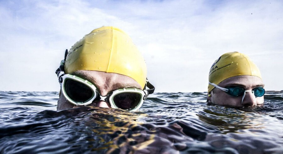 """Havsvømmer Hans Henrik Heming (tv.) og svømmemakkeren Christian Damgaard bevæger sig næsten lige så naturligt i det våde element som på landjorden. De må dog indrømme, at det kolde havvand stadig """"bider lidt i huden"""", da de tager hul på en af årets første svømmeture i havet."""