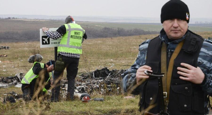 ARKIVFOTO: Efterforskere leder efter ligdele, ID-papirer og andre ting i vraget fra passagerflyet MH17, der styrtede ned i Ukraine.