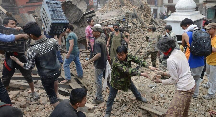 To unge danskere har hjulpet folk ud af sammenstyrtede huse efter jordskælvet i Nepal. Det hele er chokerende, fortæller Emil Meinert Bøttcher.