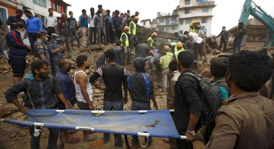Over 1.100 mennesker meldes dræbt efter lørdagens ødelæggende jordskælv i Nepal. Nødhjælpsarbejdere fra hele verden strømmer ind for hjælpe ofrene, og nu bidrager Danmark også til redningsarbejdet.