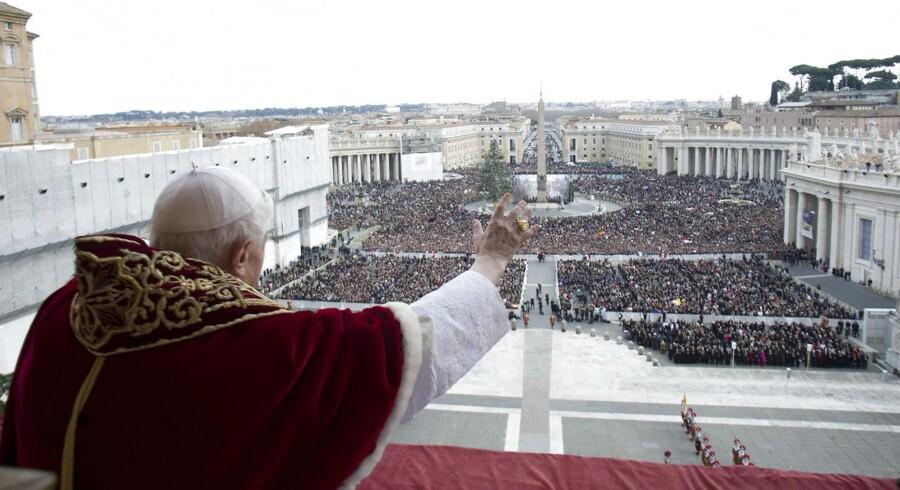 Paven hyldes af folket i forbindelse med julefestlighederne på Peterspladsen den 25. december, mens det endnu var muligt at betale med kreditkort i pavestaten.