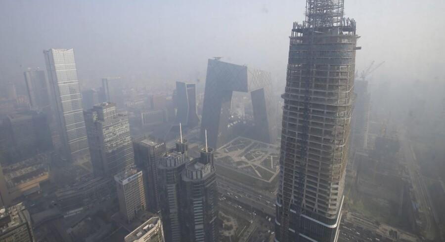 Kinesiske ejendomsudviklere på børserne i Shanghai og Shenzhen har grund til at være lettede. Der skal ikke meget til at sætte gang i kurssvingningerne i Kina for tiden. Så det var ventet, at den amerikanske rentestigning ville ramme hårdt. Det gjorde den ikke. I stedet skete det modsatte for mange af de kinesiske boligaktier.