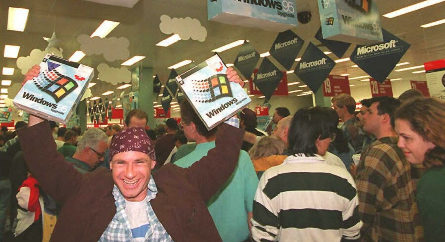 En meget glad australier får fingrene i et af de første eksemplarer af styresystemet, 24. august 1995