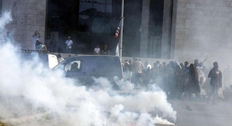 Tumult foran den amerikanske ambassade i Tunis, Tunesien, før den blev løbet over ende af demonstranter.