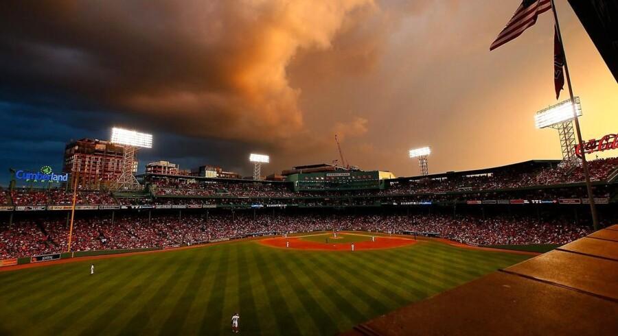 Skumringen kommer tidligt til Boston. Det vil Tom Emswiler nu gøre noget ved. Fra en baseballkamp mellem Boston Red Sox og Toronto Blue Jays. Foto: Jared Wickerham/AFP