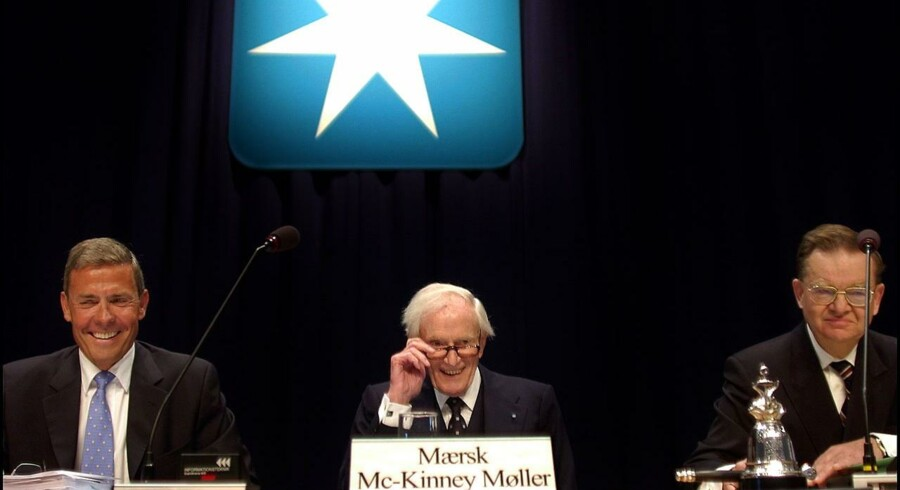 Generalforsamling hos A. P. Møller-Mærsk. Skibsreder Mærsk Mc-Kinney Møller under den syvtakkede stjerne. Til venstre Jess Søderberg og til højre advokat Henrik Christrup.