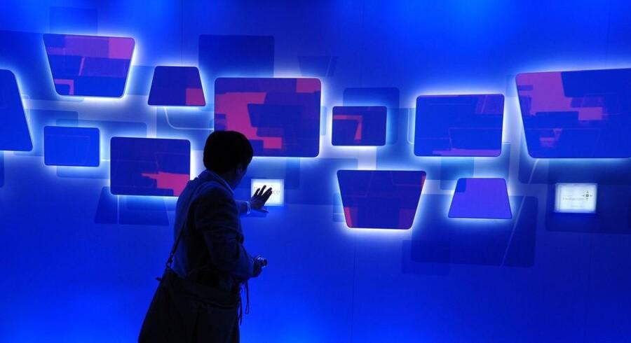 En besøgende afprøver en interaktiv væg på verdens største messe for forbrugerelektronik, CES i Las Vegas. Foto: Robyn Beck, AFP/Scanpix