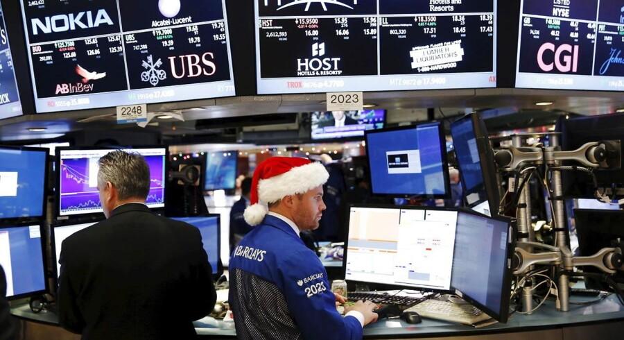 En sælger på børsen i New York har julestemningen med på arbejde. REUTERS/Lucas Jackson