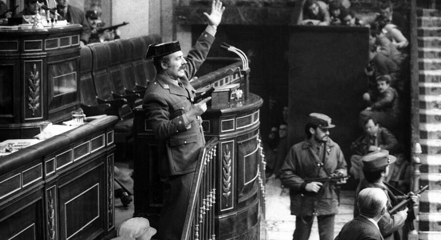Civilgardisten Antonio Tejero, som den 23. februar 1981 stod i spidsen for kupforsøget i det spanske parlament, var ifølge en ny, afslørende TV-udsendelse den eneste, der ikke vidste, at kupforsøget var et indstuderet nummer. Men nu viser udsendelsen sig også at være et nummer. Arkivfoto: Manuel P. Barriopedro/EPA