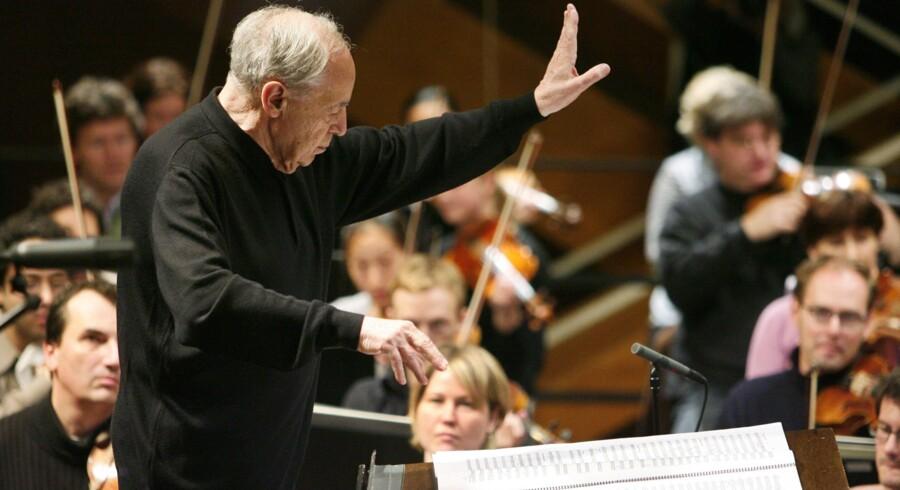Den nyligt afdøde franske komponist og dirigent Pierre Boulez dirigerer her i 2008 det tyske Sinfonieorchester des Südwestrundfunks. Foto: Scanpix
