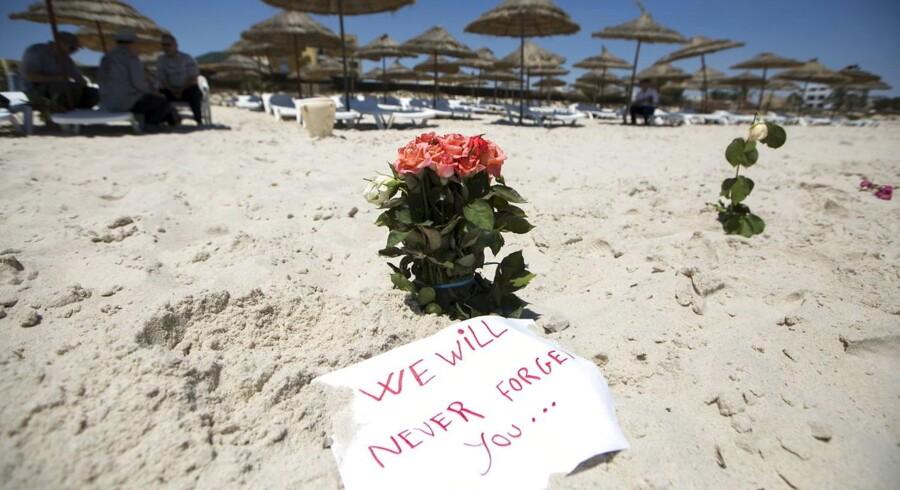 Myndighederne i Tunesien har anholdt 12 mistænkt for meddelagtighed i sidste uges terrorangreb i Sousse. Samtidig jagtes to militante, der har trænet med gerningsmanden i Libyen.