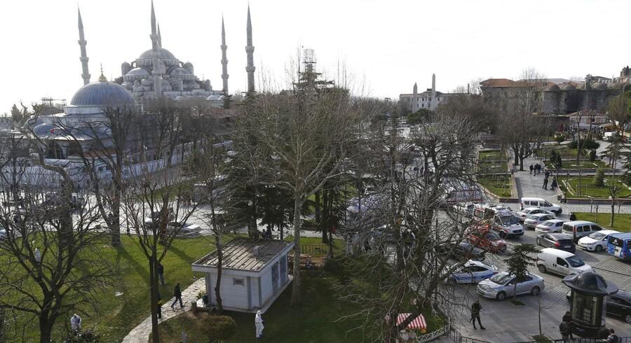 En eksplosion har dræbt 10 og såret 15 ved de største turistattraktioner i Istanbul.