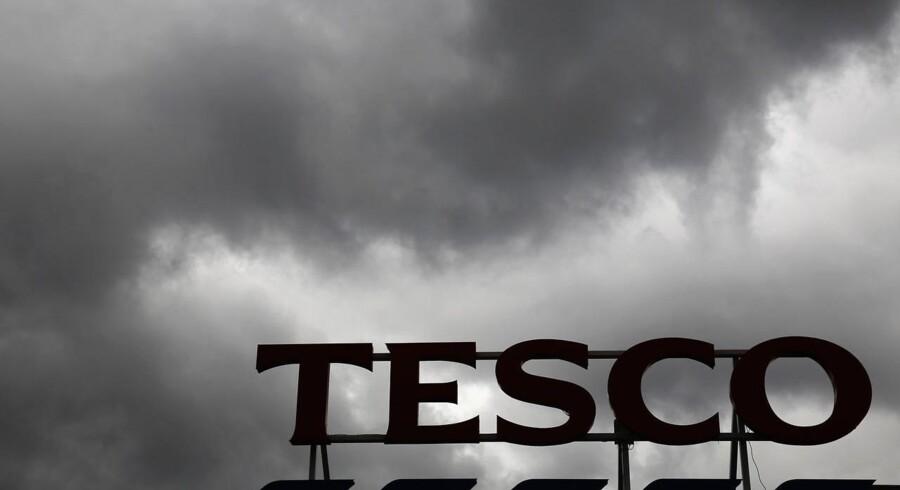 Tescos formand trækker sig efter regnskabsskandalen, hvis omfang er på knap 2,5 milliarder kroner.
