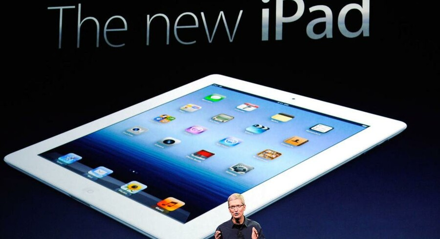 Apple-topchef Tim Cook foran et billede af den nye iPad, som ikke har fået et eget navn. Foto: AFP/Scanpix