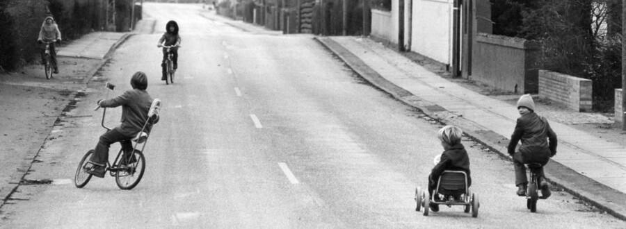 Bilfri søndag under oliekrisen, 1973. Her børn der leger på Vedbæk Strandvej.