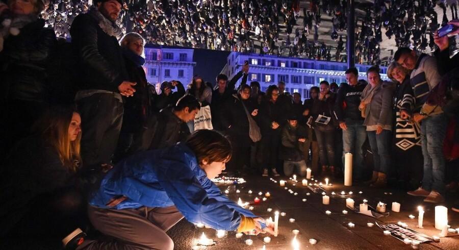 Folk samles i den franske by Marseille for at mindes ofrene fra attentatet mod Charlie Hebdo.