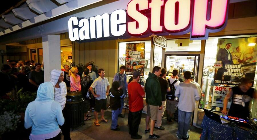 Spilentusiaster stod i kø foran butikkerne overalt i USA for at få fingrene i den nyeste udgave af klassikeren »Grand Theft Auto«, nu nummer 5 i sagaen. Her et vue fra Encinitas i Californien. Foto. Mike Blake, Reuters/Scanpix