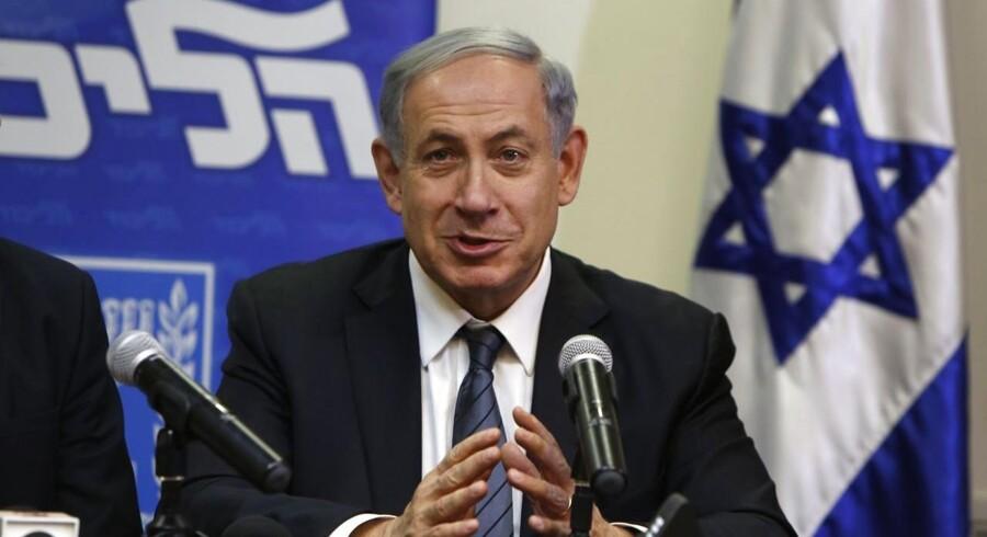 Kort før tidsfristens udløb har den israelske premierminister Benjamin Netanyahu sikret sig et snævert flertal til dannelse af en ny koalitionsregering.