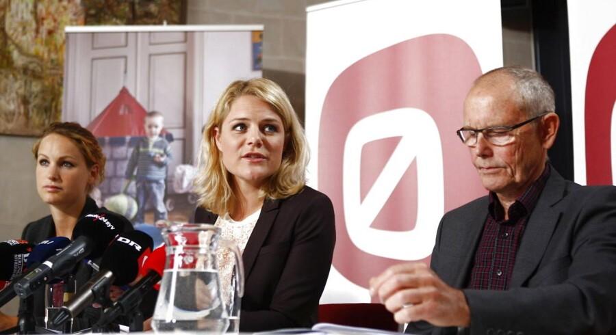 »Det er regeringens problem, at den har valgt at fremsætte et lovforslag, som den ikke har sikret sig et flertal for,« siger Enhedslistens Finn Sørensen, der her ses sammen med Johanne Schmidt-Nielsen (midten) og Pernille Skipper (tv) på partiets sommergruppemøde sidste år.