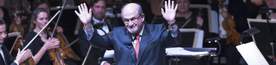 Salman Rushdie takker for prisen på 500.000 kroner fra scenen i Odense Koncerthus. Men hvad skal pengene så gå til? Rushdie gav en journalist følgende svar ledsaget af et smil: »Min søn skal starte på college næste år«. Foto: Claus Fisker