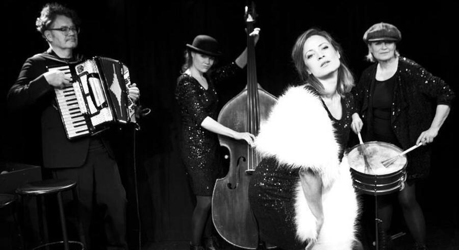 Bebe Risenfors på harmonika og de tre medvirkerne kvinder, Theresa Sølvsteen (t.v.), Marie Sandø og Pia Jondal (t.h.). Foto: PR