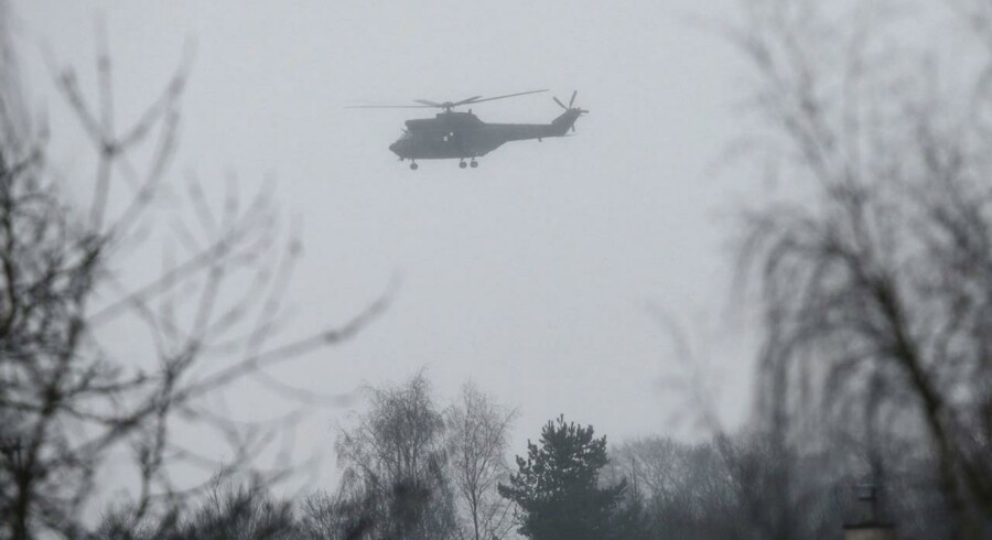 En hilkopter flyver over Dammartin-en-Goele, hvor skud fredag blev affyret.