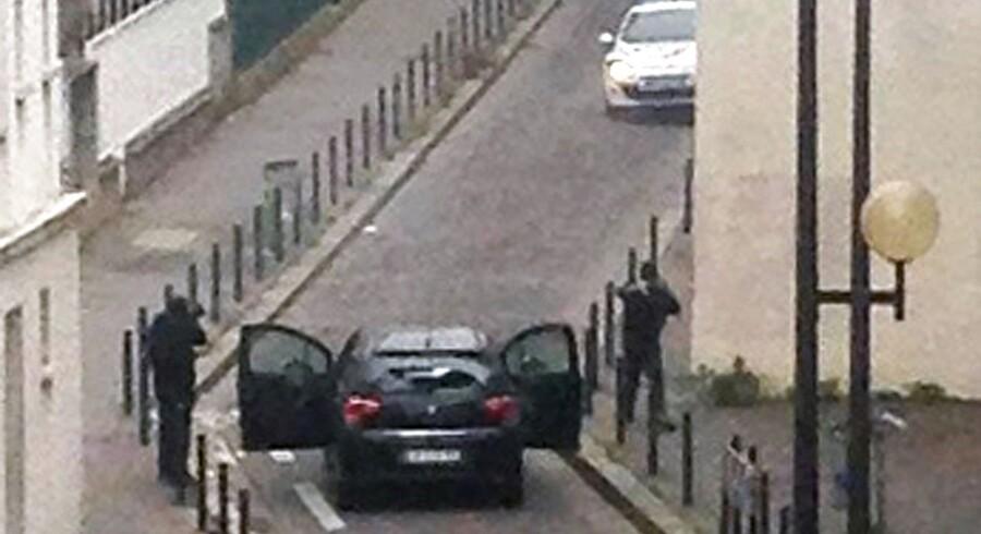 Billedet viser angiveligt de to gerningsmænd efter angrebet mod Charlie Hebdo. De skyder mod en politibil. To politibetjente er blandt de dræbte.