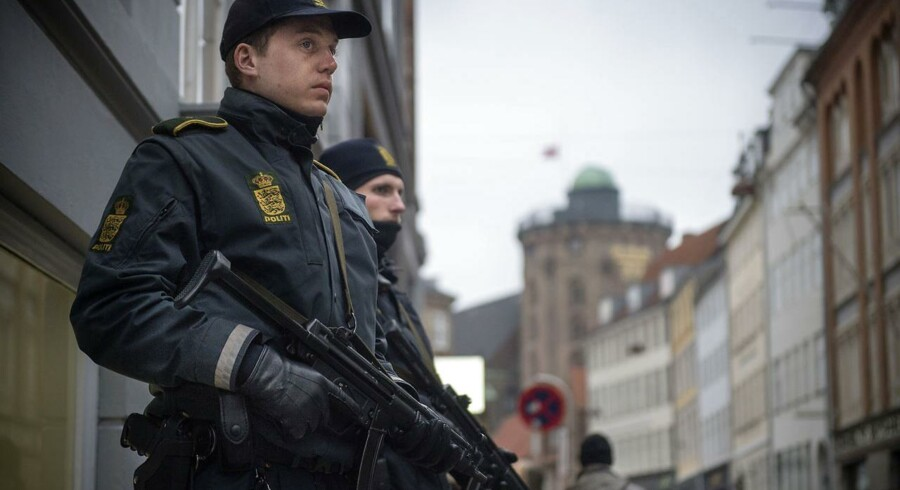 Svært bevæbnet politi har siden lørdagens terrorangreb bevogtet blandt andet den jødiske Synagoge i Krystalgade i København på det sted, hvor Dan Uzan blev dræbt, da han stod vagt ved en jødisk konfirmation lørdag aften.