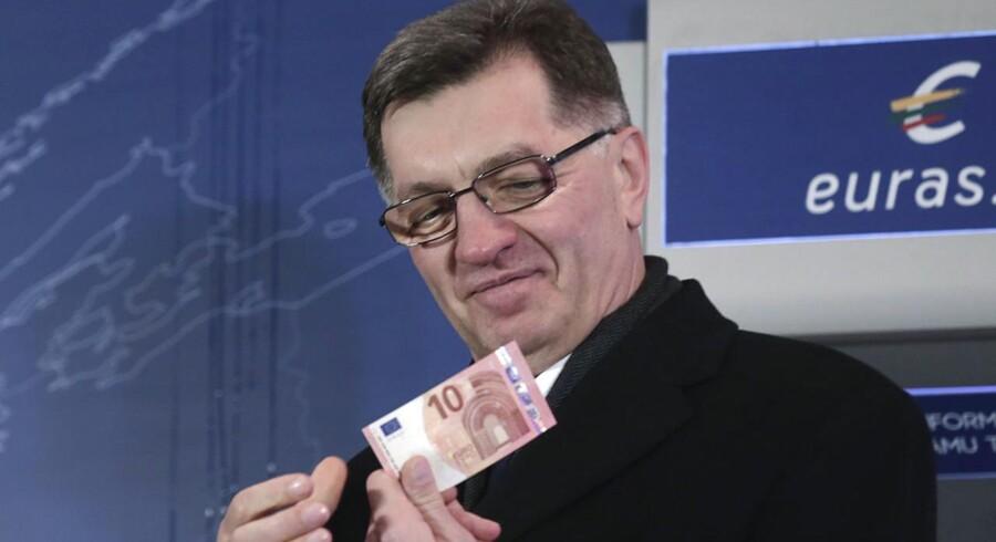 Litauens statsminister Algirdas Butkevicius med en euro-seddel i forbindelse med fejringen af Litauens indtræden i euro-samarbejdet.