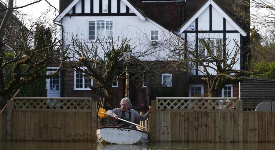 Store områder i det sydlige Storbritannien har stået under vand i over en måned og i løbet af de seneste dage har nyt voldsomt nedbør forværret oversvømmelsernes omfang.