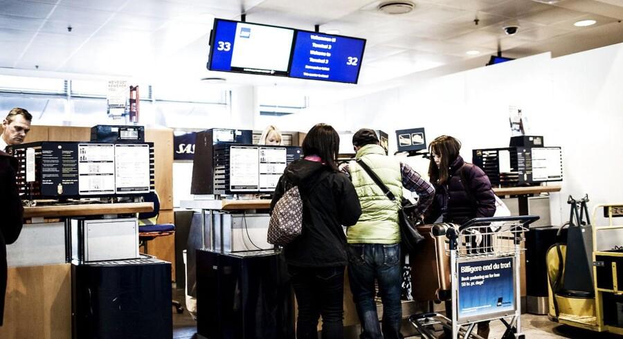 Selvom olieprisen i løbet af det seneste halve års tid er raslet ned, betaler passagerer hos de største nordiske flyselskaber, Norwegian og SAS stadig et særligt brændstoftillæg.